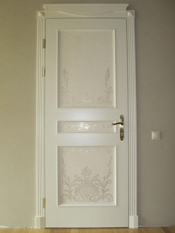 Белая дверь со вставками