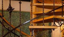 Винтовая лестница с коваными элементами